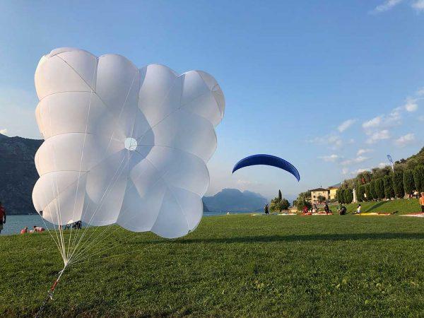 Het laten plooien van uw noodparachute door onze professionele service!